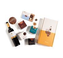 מארז רומנטיקה מלא באהבה - הכולל יין טפרברג מגוון פרלינים מטעמים מפתיעים וברכה ענקית Roy Chocolate