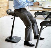 כסא עמידה למחשב המאפשר עבודה מקצועית גם במצב עמידה