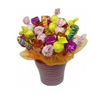 סיפור אהבה - זר מתוק מרהיב הכולל מגוון רחב של פרליני שוקולד איכותיים וממתקים נוספים
