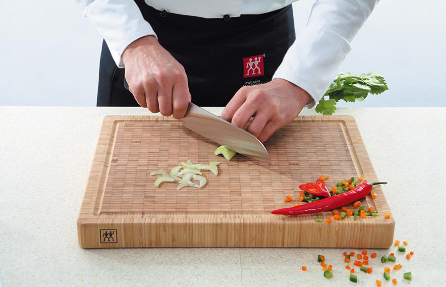 חיתוך של שף! סט 2 סכיני ירקות ומשחיז סכינים מקצועי מסדרת TWIN Pollux מבית 'צווילינג' ב-₪195 בלבד! - תמונה 3