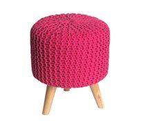 הדום מעוצב בצבע ורוד מסדרת זומי ביתילי עשוי כותנה סרוגה ורגלי עץ גולמי למראה אופנתי וייחודי לסלון