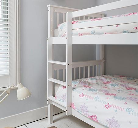 מיטה דו קומתית לילדים ונוער מעוצבת עשויה מעץ אורן מלא עם מעקה בטיחות קבוע דגם RICARDO - תמונה 3