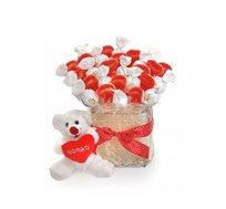 מתוק ונעים! שלך באהבה עם דובי - זר מתוק המורכב מ30 שיפודי סוכריות גומי בצורת לבבות אדומים