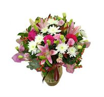 ורודה ומטריפה, זר פרחים מרהיב ביופיו בגוונים של סגול ורוד ולבן