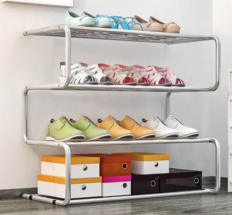 מעמד לאחסון נעליים עשוי מתכת הכולל 4 מדפים בעיצוב זיגזג