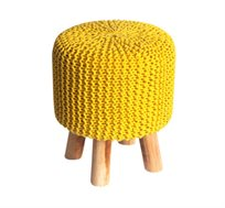 הדום מעוצב בצבע צהוב מסדרת זומי ביתילי עשוי כותנה סרוגה ורגלי עץ גולמי למראה אופנתי וייחודי לסלון