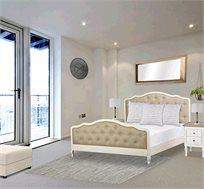 מיטה ברוחב וחצי דגם אדל ביתלי מסגרת עץ צבועה בצבע שמן בגוון שמנת ומרופדת בבד פישתן בגוון טבעי