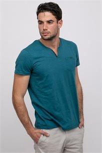 חולצה עם פתח צוואר וי וכיס חזה