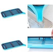 מייבש כלים עשוי PVC בעל משפך המנתב את עודפי המים לכיור