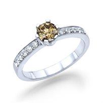 """טבעת יהלומים """"אריאנה"""" 0.78 קראט משובצת יהלום צבעוני"""