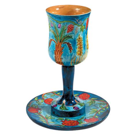 גביע קידוש עם צלחת מצויר על עץ EMANUEL