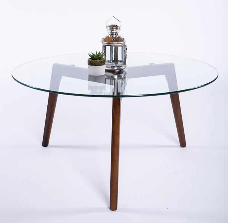שולחן קפה עגול לסלון עשוי זכוכית בשילוב רגלי עץ