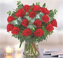 הזר הרומנטי - ורדים אדומים, מרשים ומיוחד המורכב מורדים אדומים וגבוהים