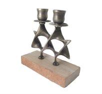פמוטי ברונזה בציפוי כסף, מחוברים בצורת מגן דוד על בסיס אבן ירושלמית