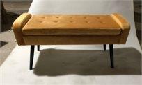 הדום ישיבה מלבני גדול מקטיפה בצבע חרדל בדוגמת קפיטונאג' למראה יוקרתי