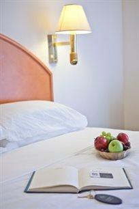 """פינוק על חוף הים במלון Q! החל מ- ₪355 לזוג ללילה במלון 'Q חוף פולג' בנתניה ע""""ב ארוחת בוקר!"""