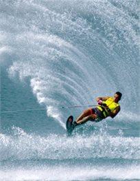 מים סוערים! רק ₪99 לחווית ספורט ימי הכוללת מגה אבוב, סקי מים, נהיגה בסירת מרוץ וצפייה בדולפינים!